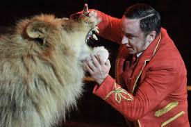 L'animal est un lion alors que le monsieur est un...