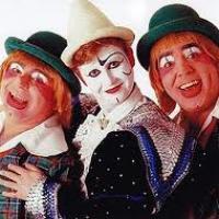 Dans un trio de clowns, il y a le blanc, l'auguste et...